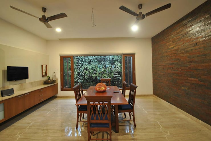 Mr & Mrs Pannerselvam's Residence:  Dining room by  Murali architects