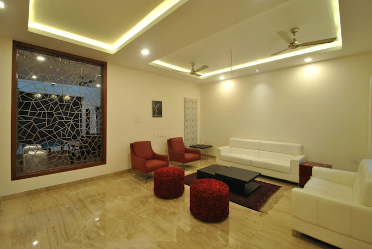 Mr & Mrs Pannerselvam's Residence:  Living room by  Murali architects