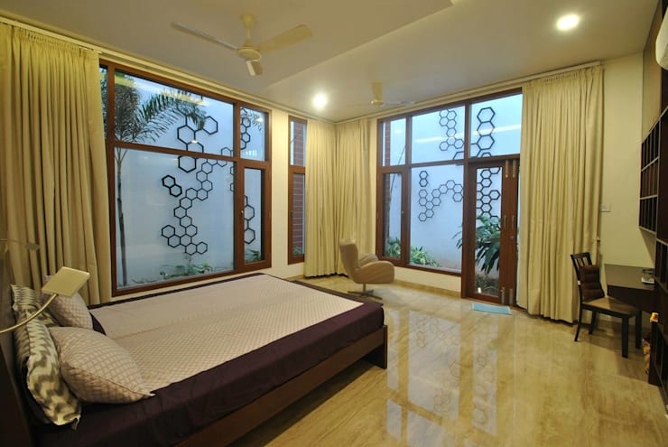 Mr & Mrs Pannerselvam's Residence:  Bedroom by  Murali architects
