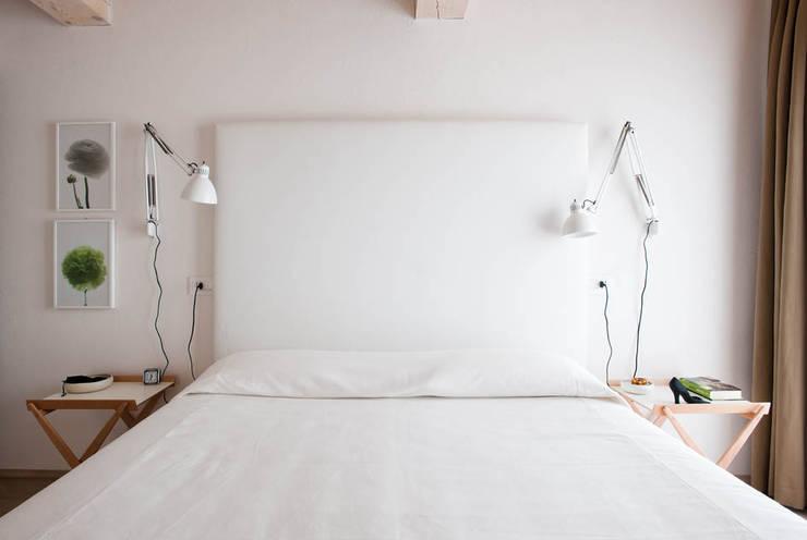 Casa in collina: Camera da letto in stile in stile Moderno di Benedini & Partners