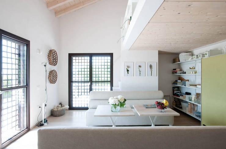 Casa in collina: Soggiorno in stile in stile Moderno di Benedini & Partners