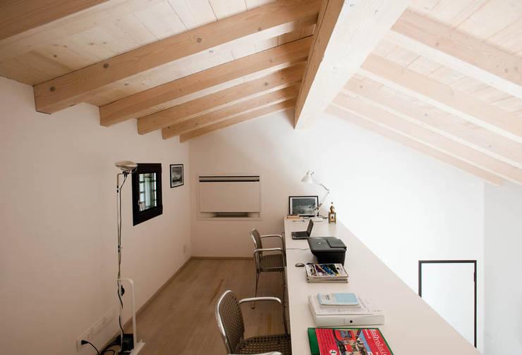 Casa in collina: Studio in stile in stile Moderno di Benedini & Partners
