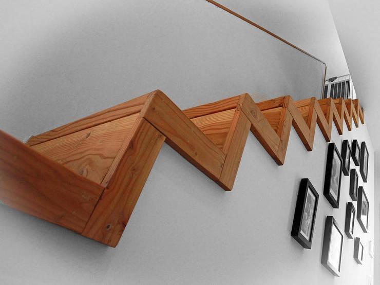 VILLA L.02: Couloir et hall d'entrée de style  par TRIBU ARCHITECTES,