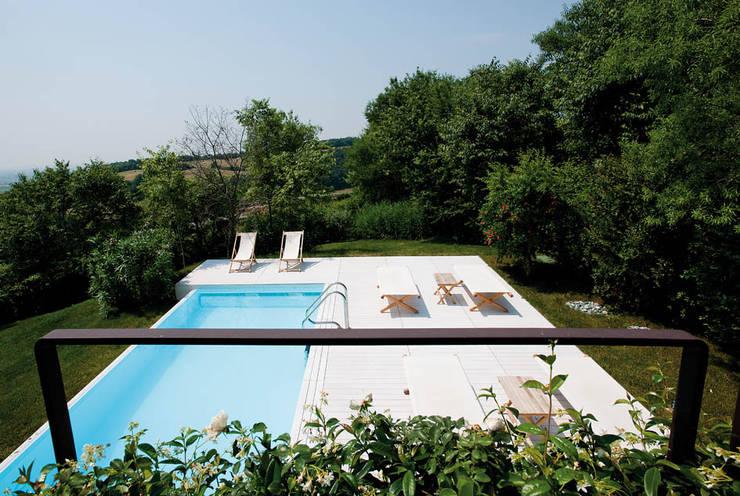 Casa in collina: Piscina in stile  di Benedini & Partners