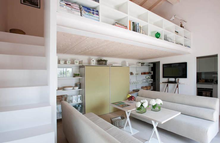 Casa in collina: Soggiorno in stile  di Benedini & Partners