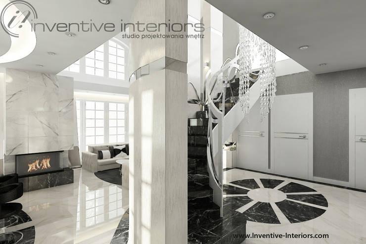 Żyrandol przy schodach: styl , w kategorii Korytarz, przedpokój zaprojektowany przez Inventive Interiors