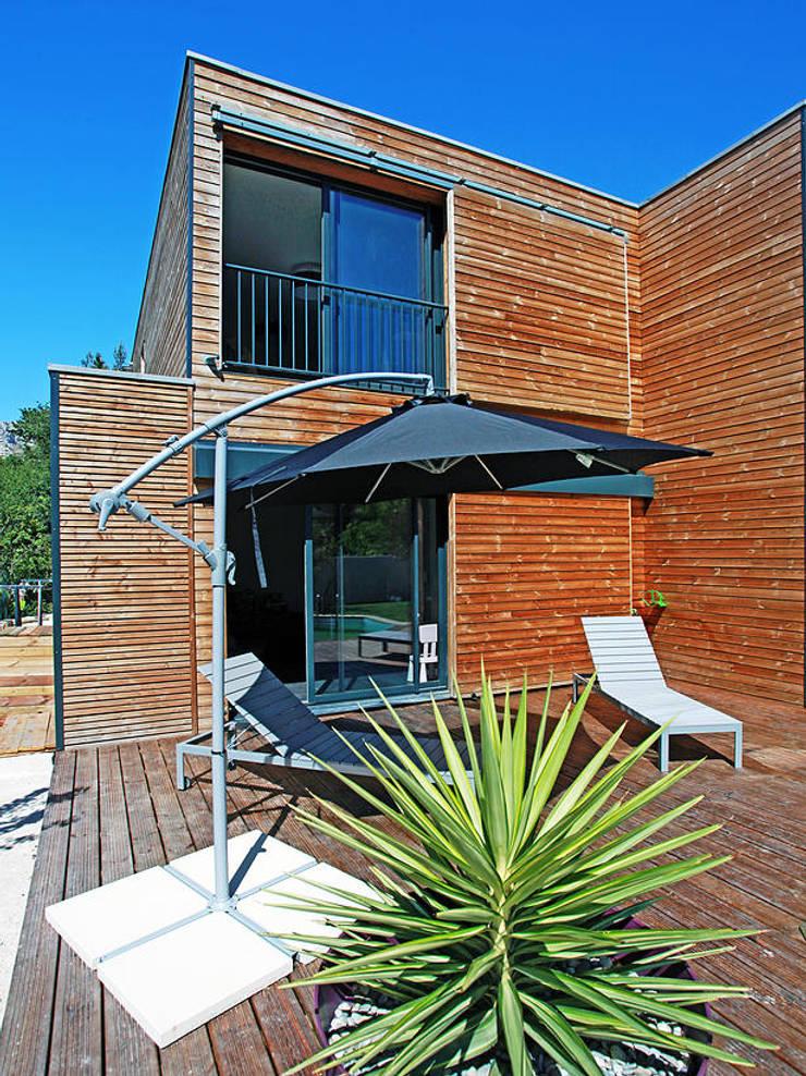 VILLA L.02: Terrasse de style  par TRIBU ARCHITECTES,