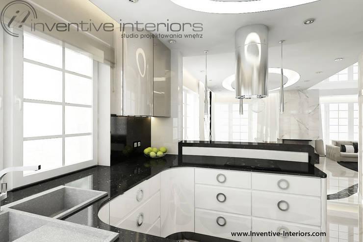 Biała kuchnia z czarnym blatem: styl , w kategorii Kuchnia zaprojektowany przez Inventive Interiors