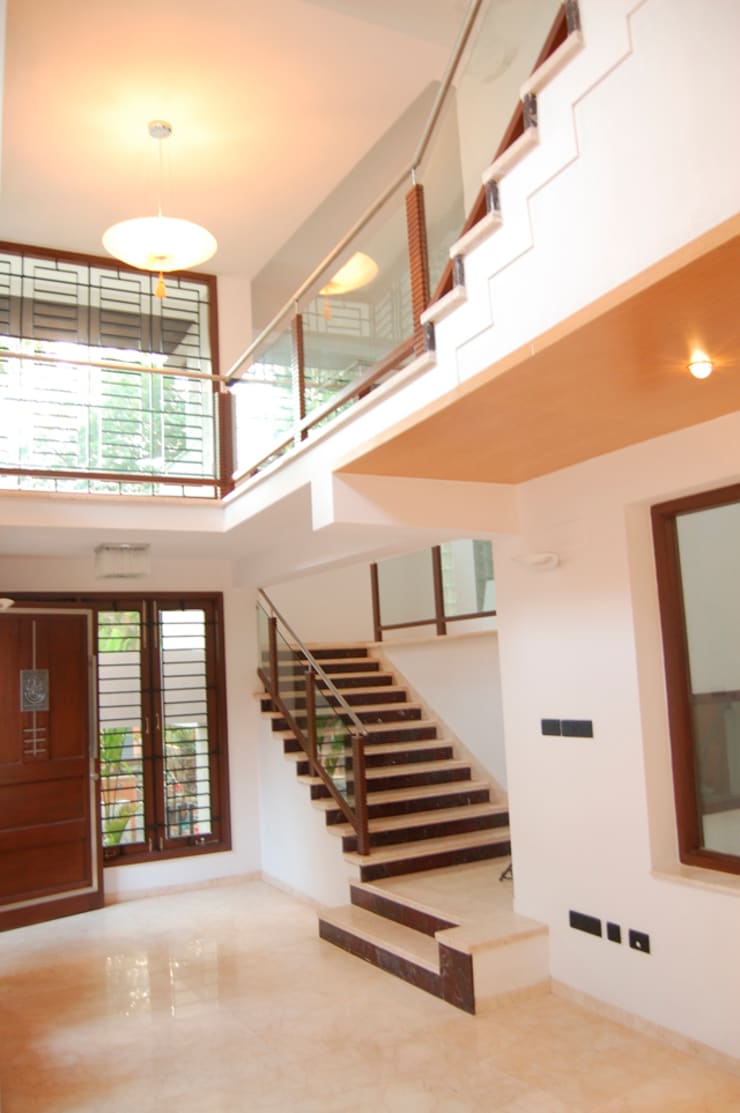 House of Dr. Hariharan:  Corridor & hallway by  Murali architects