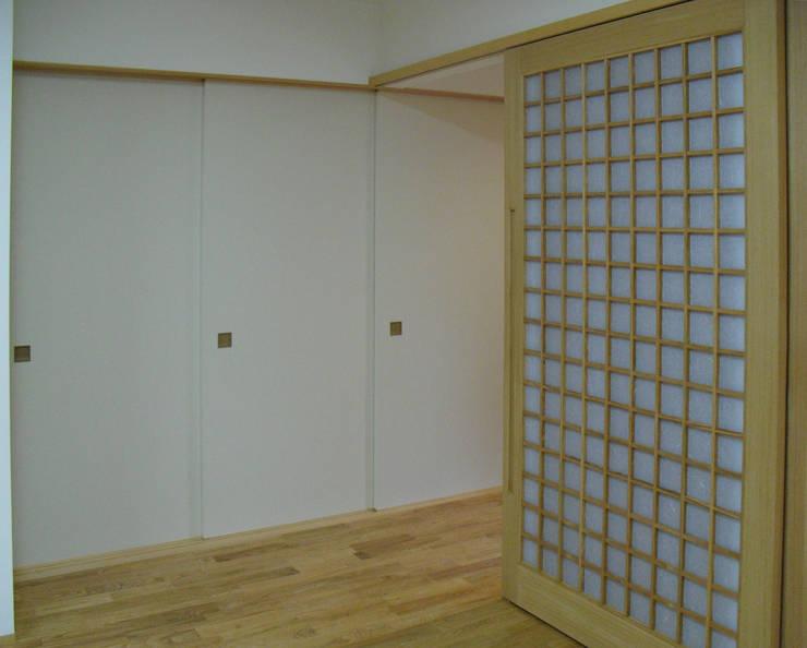 Pasillos y vestíbulos de estilo  por 株式会社 atelier waon, Moderno