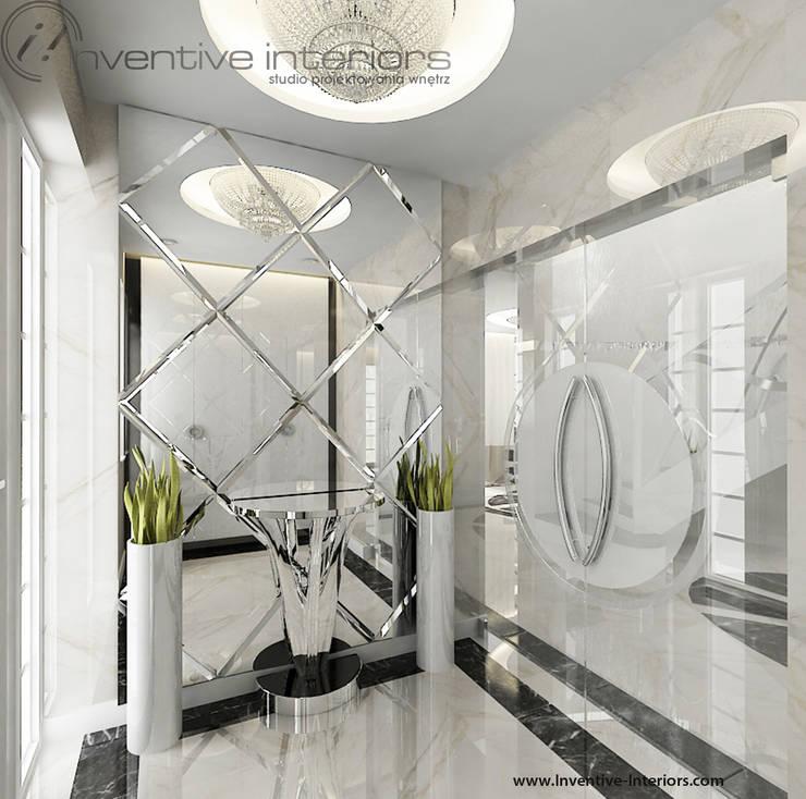 Efektowne lustro w wiatrołapie: styl , w kategorii Korytarz, przedpokój zaprojektowany przez Inventive Interiors