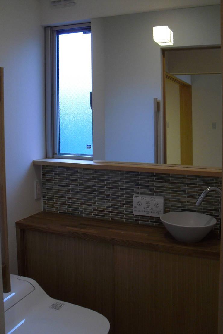 御所南の家: 株式会社 atelier waonが手掛けた浴室です。
