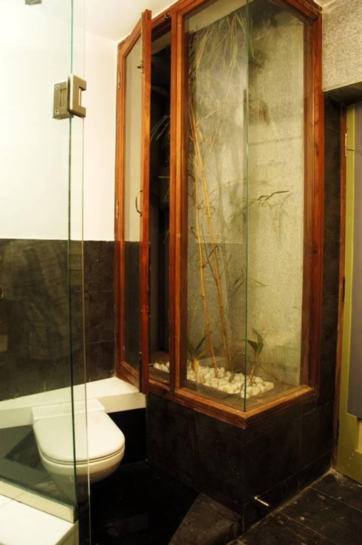 Anwar salim and sabeena saleem s residence:  Bathroom by  Murali architects