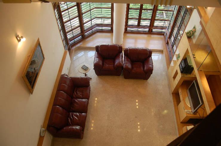 Anwar salim and sabeena saleem s residence:  Living room by  Murali architects