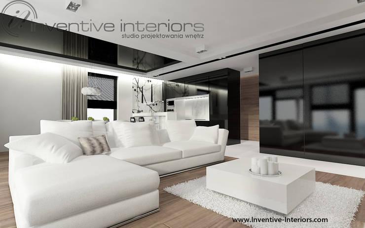 Nowoczesny salon: biel, czerń i drewno: styl , w kategorii Salon zaprojektowany przez Inventive Interiors,Nowoczesny Drewno O efekcie drewna
