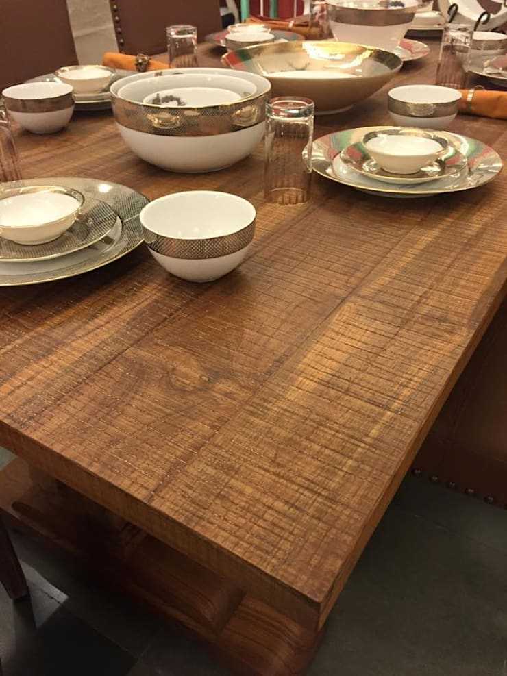 Classic dining look with antique grey finish on teak:  Dining room by INHABIT