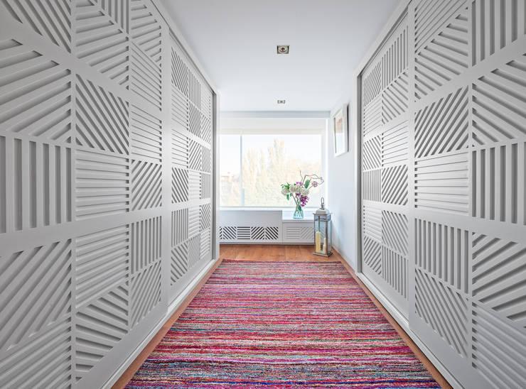 Pasillos y recibidores de estilo  por Luzestudio Fotografía
