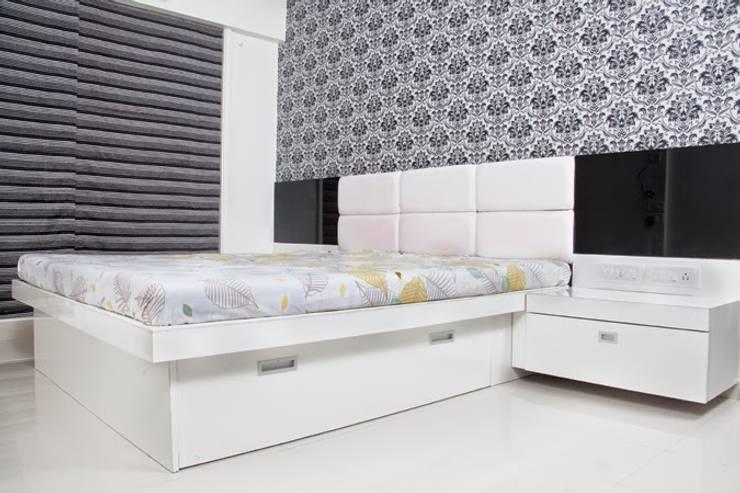 Shreeji Residence:  Bedroom by suneil