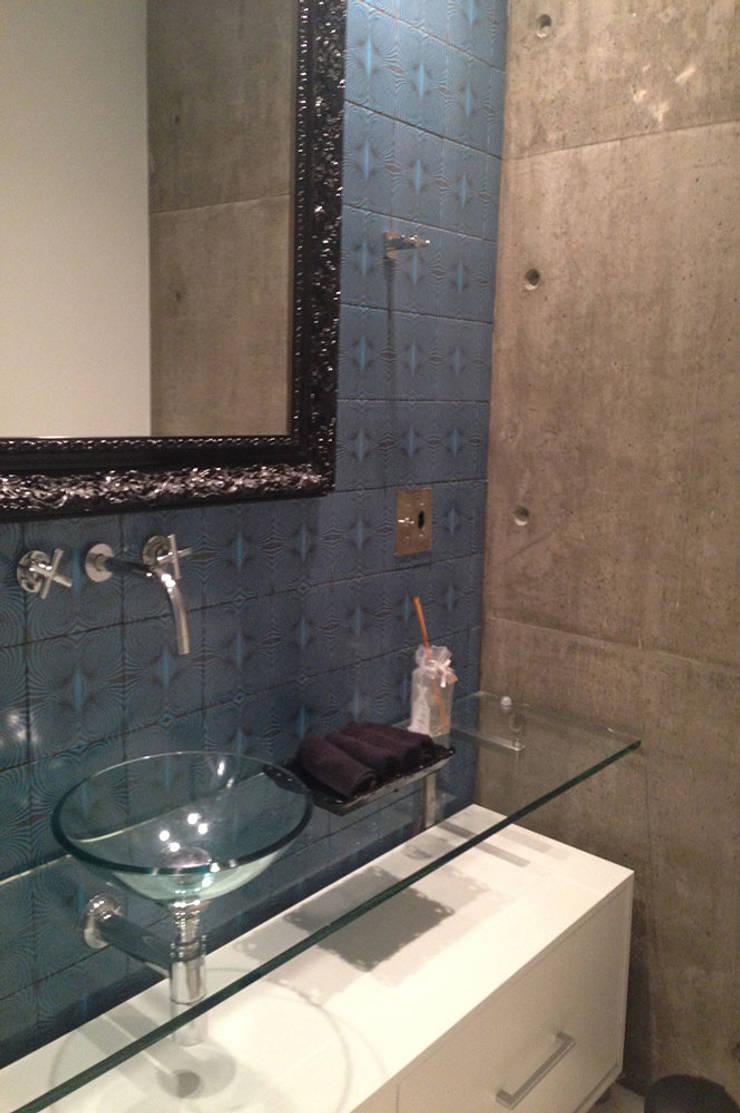 Apartamento do Rock: Banheiros  por elen saravalli arquitetura & design