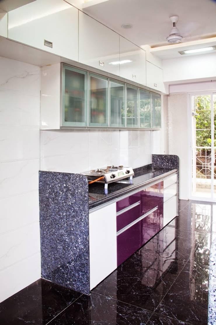 Shreeji Residence:  Kitchen by suneil