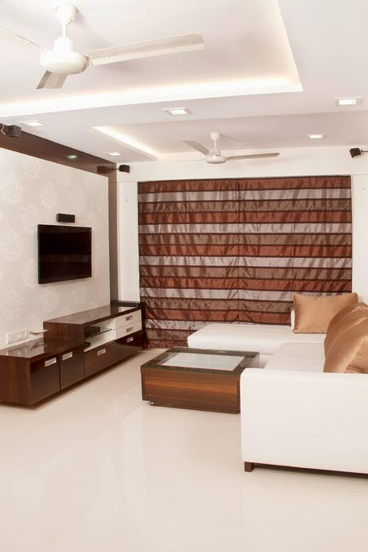 Shreeji Residence:  Living room by suneil