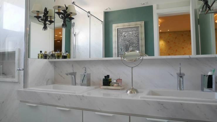 Apartamento Santana 01: Banheiros  por Priolli Galuppo Arquitetura e Design