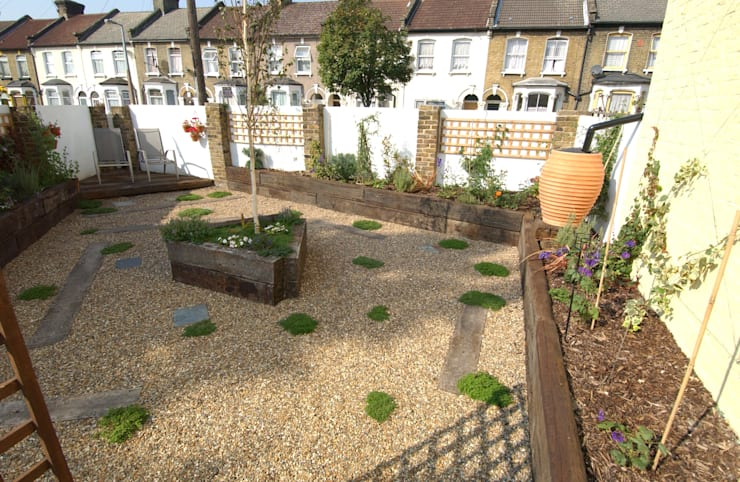 Fruit and Vegetable Garden - East London:  Garden by Earth Designs