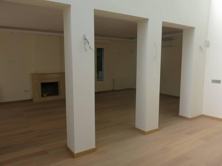 REFORMA INTEGRAL VILLA <q>EL PRESIDENTE</q>: Salones de estilo  de Rudeco Construcciones, Clásico
