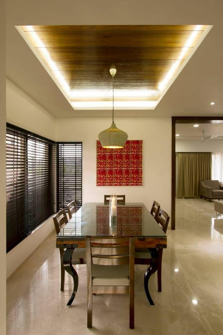 Sandeep Gandhi Bungalow:  Dining room by P & D Associates