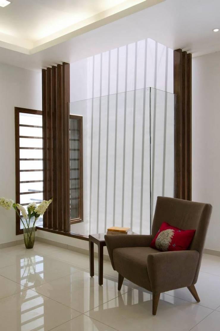 Mr. Sanjay patel—Bungalow:  Living room by P & D Associates