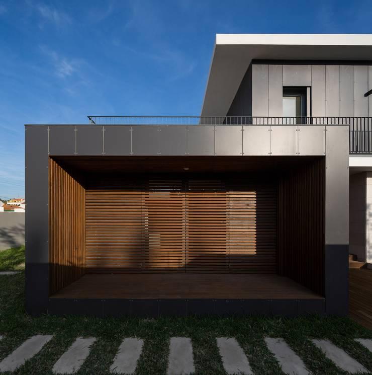 FACHADA TARDOZ: Moradias  por OW ARQUITECTOS lda | simplicity works