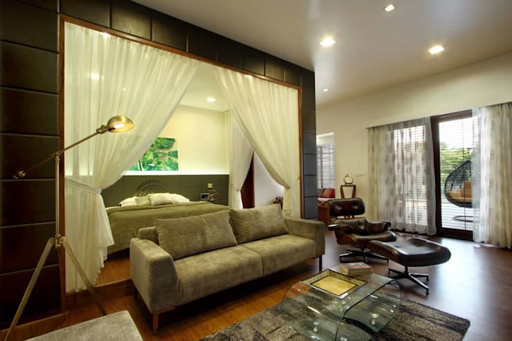 Mr.nailesh shah bungalow:  Living room by P & D Associates