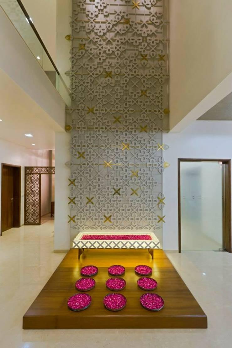 Mr.nailesh shah bungalow:  Corridor & hallway by P & D Associates