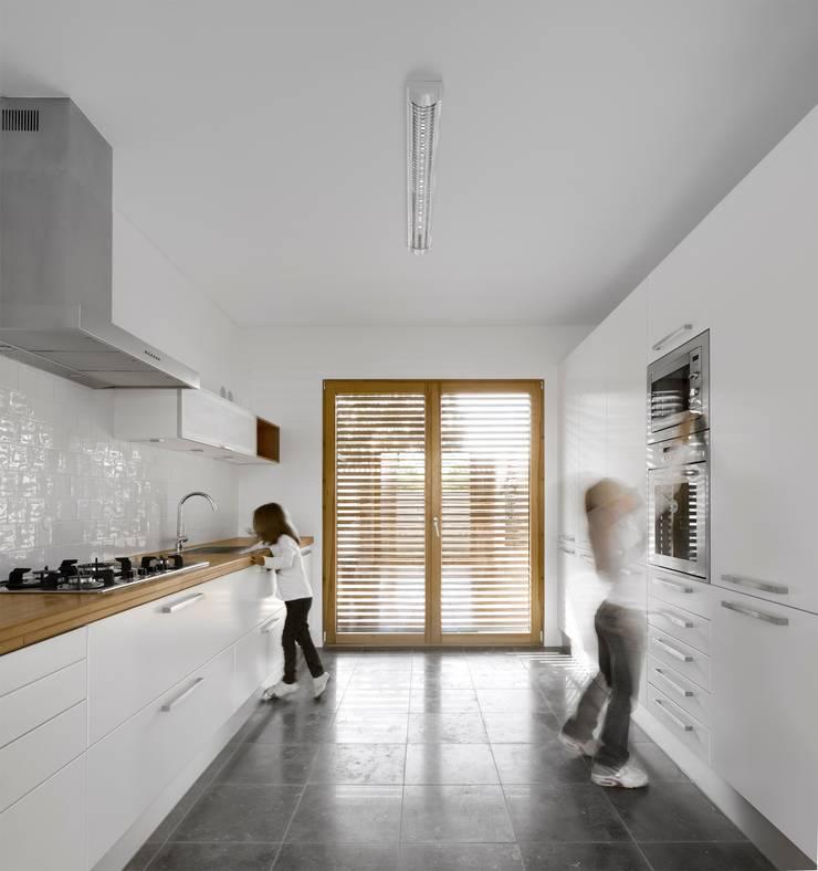COZINHA: Armários de cozinha  por OW ARQUITECTOS lda | simplicity works