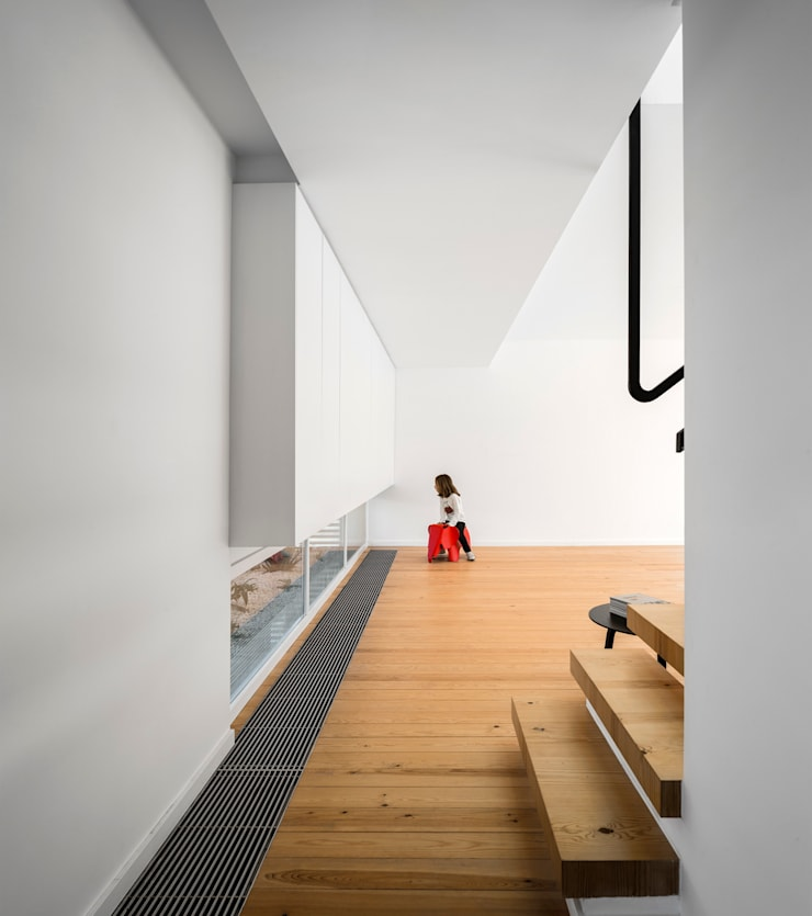 CORREDOR: Corredores e halls de entrada  por OW ARQUITECTOS lda | simplicity works