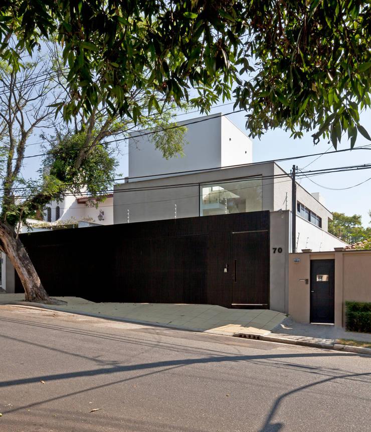 FACHADA 01: Casas  por Conrado Ceravolo Arquitetos