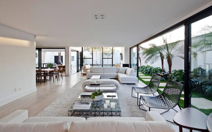 SALA DE ESTAR 02: Salas de estar  por Conrado Ceravolo Arquitetos