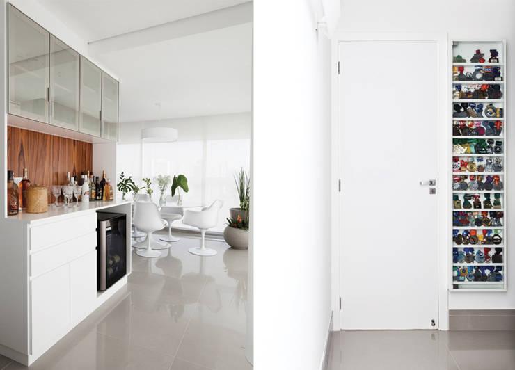 Bar  e Quadro de Medalhas: Salas de jantar modernas por INÁ Arquitetura