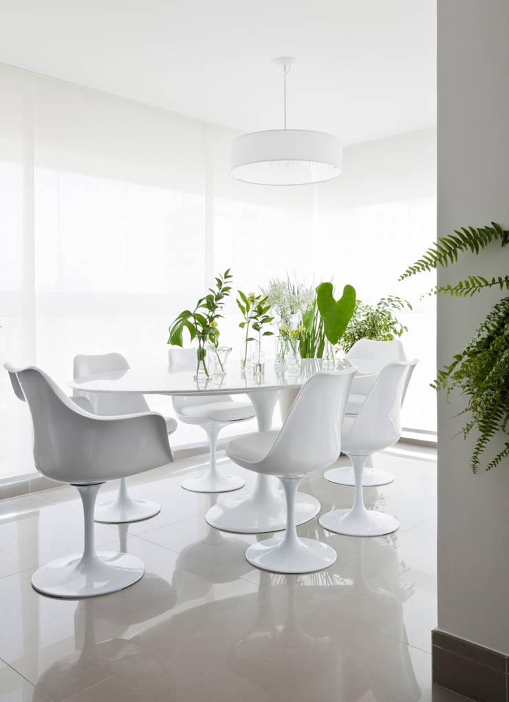 Sala de Jantar: Salas de jantar modernas por INÁ Arquitetura