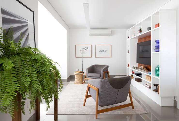 Sala de TV: Salas de estar modernas por INÁ Arquitetura