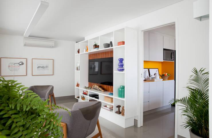 Sala de TV / Cozinha: Salas de jantar modernas por INÁ Arquitetura