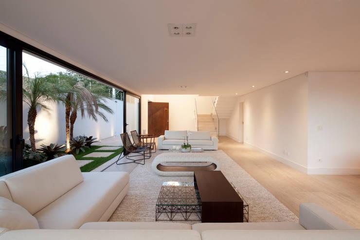 Salon de style  par Conrado Ceravolo Arquitetos