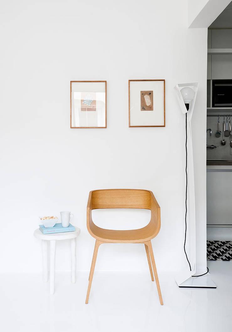 Sala: Salas de estar minimalistas por INÁ Arquitetura