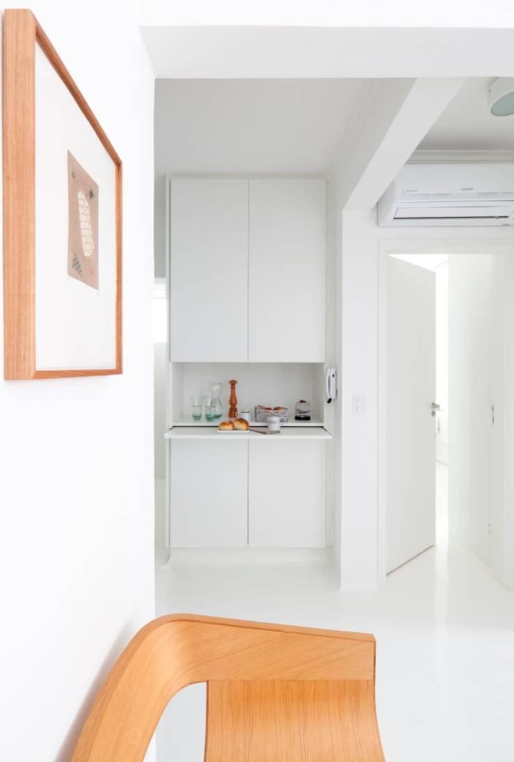 Apoio cozinha: Salas de jantar minimalistas por INÁ Arquitetura