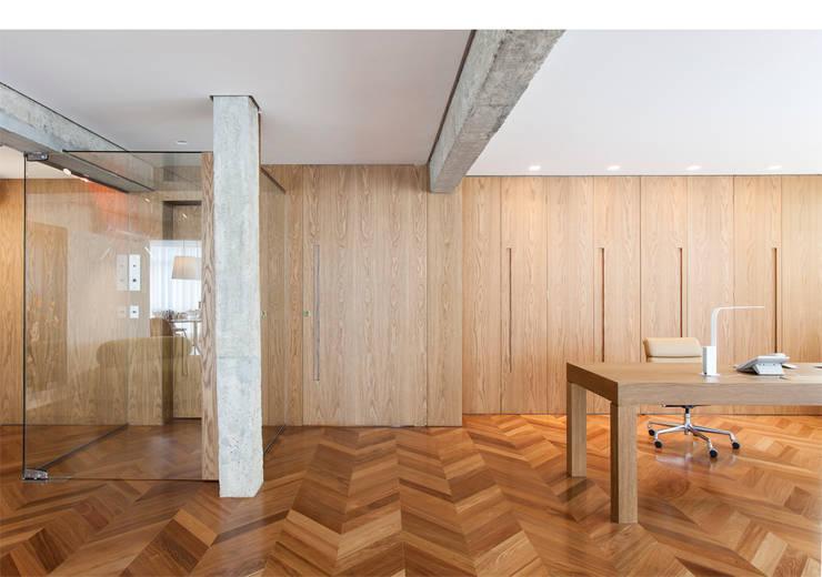 Apto. Rio de Janeiro: Salas de estar  por RSRG Arquitetos
