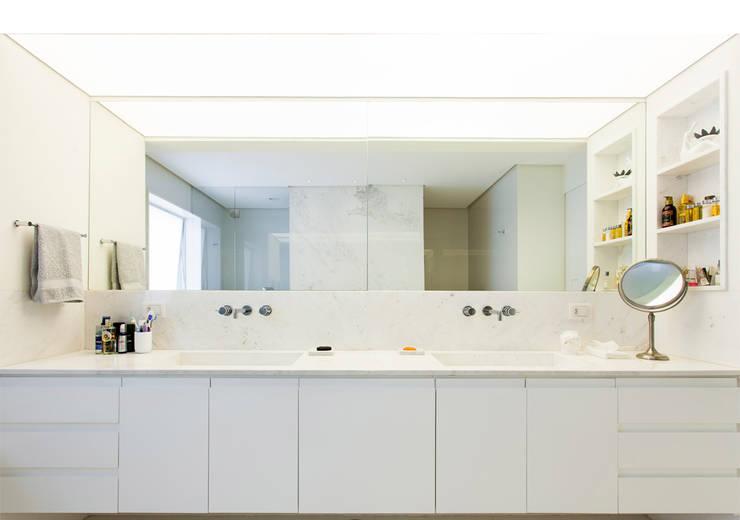 Apto. Rio de Janeiro: Banheiros minimalistas por RSRG Arquitetos