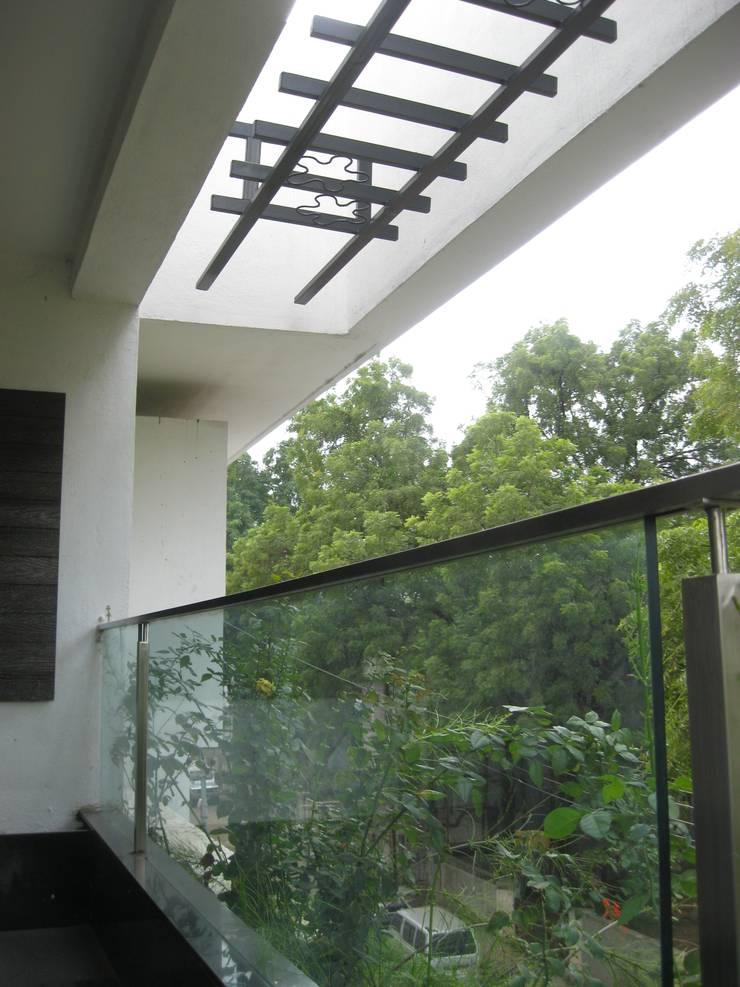 Asiatischer Balkon, Veranda & Terrasse von ar.dhananjay pund architects & designers Asiatisch