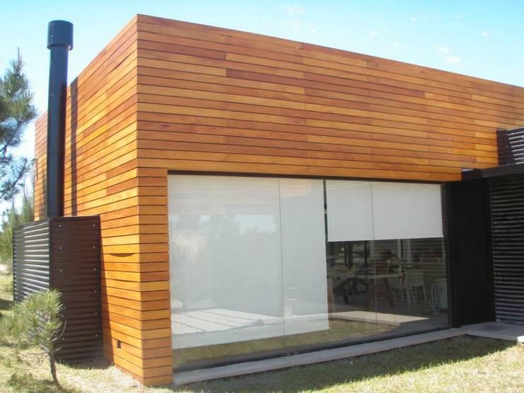VIVIENDA UNIFAMILIAR- UBICACION COSTA ESMERALDA: Casas de estilo  por En obra arquitectos