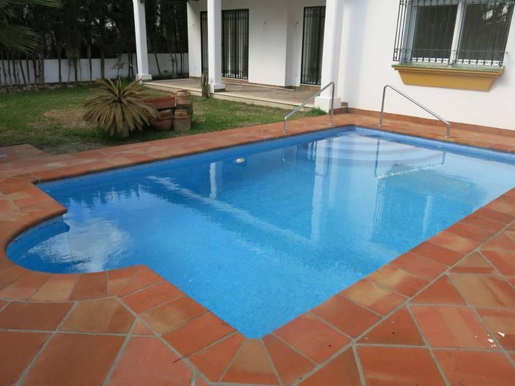 klassiek Zwembad door Rudeco Construcciones
