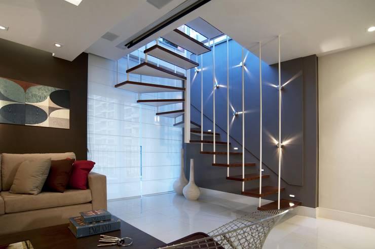 Pasillos y recibidores de estilo  por m++ architectural network